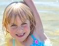Gelukkig sandy little girl in het meer Stock Foto's