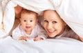 Gelukkige familie. Moeder en baby het spelen onder deken