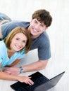 Gelukkige man en vrouw met laptop Stock Afbeeldingen