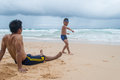 Generi lo swimwear di and son wearing che gioca su sandy beach a phuket Fotografia Stock