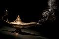 Geni lamp magique avec de la fumée et le fond noir Photographie stock libre de droits