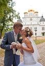 Gerade verheiratetes Paar mit Tauben Stockbilder