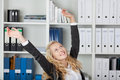 Geschäftsfrau with arms raised im büro Lizenzfreies Stockbild