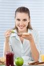 Geschäftsfrau having healthy breakfast Lizenzfreie Stockfotos