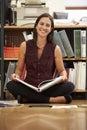 Geschäftsfrau sitting on office boden lesedokumente Lizenzfreies Stockbild
