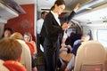 Geschäftsfrau using mobile phone auf beschäftigtem nahverkehrszug Lizenzfreie Stockbilder