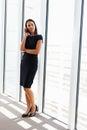 Geschäftsfrau using mobile phone im büro Lizenzfreie Stockbilder