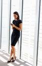 Geschäftsfrau using mobile phone im büro Lizenzfreie Stockfotos