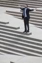 Geschäftsmann business man arms ausgestreckt auf schritten Stockbilder