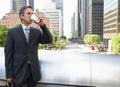 Geschäftsmann drinking takeaway coffee außerhalb des büros Stockbild