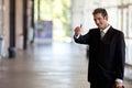 Geschäftsmann gesturing thumbs up Lizenzfreie Stockbilder