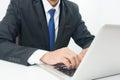 Geschäftsmann sitting working auf laptop Lizenzfreie Stockfotos