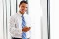 Geschäftsmann using mobile phone im büro Stockfoto