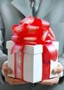 Geschenk in den Händen des Geschäftsmannes Lizenzfreies Stockfoto