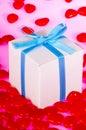 Geschenk-Kasten umgeben von Candy Hearts Stockfotos