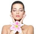 Gesicht der Frau mit Blume. Schönheitsbehandlung Lizenzfreies Stockfoto