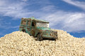 Geslagen blauw toy car in zand pit against blue sky Stock Foto's