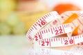 Gewichts-Beobachter - messendes Band mit verschiedenen Früchten Stockfotos