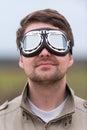 Giovane con gli occhiali di protezione dell'aviatore dello steampunk Fotografie Stock Libere da Diritti