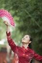 Giovane donna che pratica il fan di tai ji with traditional chinese Fotografia Stock