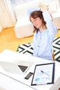 Giovane donna sorridente di affari che si rilassa sul lavoro Immagini Stock Libere da Diritti