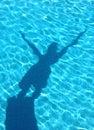 Giovane immersione subacquea dell'ombra del ragazzo nella piscina Fotografie Stock Libere da Diritti