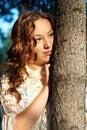 Giovane ragazza malinconica con capelli ricci Fotografie Stock Libere da Diritti