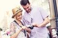 Giovani coppie che controllano le immagini sulla loro macchina fotografica Immagine Stock Libera da Diritti