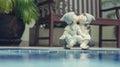 Ragazza e ragazzo bambole baciare e seduta vicino piscina