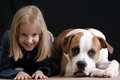 Chica imita perro