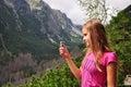 Dievča s mobilom na horách