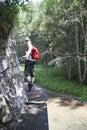 Dievča prechádza kaňonom na kovových stupačkách