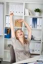 Glückliche geschäftsfrau with arms raised Stockbild