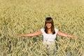 Glückliche junge Frau auf dem Maisgebiet Stockfotos