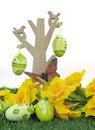 Glücklicher ostern baum mit schmetterling und bunten rosa und grünen ostereiern Lizenzfreies Stockfoto