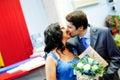 Glückliches verheiratetes Paar, das mit Liebe küßt Lizenzfreie Stockfotografie
