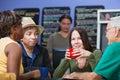 Glad woman mit freunden im café Stockbild