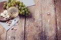 Vidrio de blanco uvas nueces y suave queso