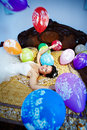 Gl�ckliche Brautspiele mit festlichen Ballonen Lizenzfreie Stockfotografie
