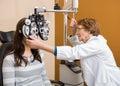 Gli occhi di examining young woman dell optometrista Immagine Stock