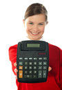 Glimlachend schoolmeisje dat digitale calculator toont Royalty-vrije Stock Foto