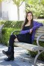 Glimlachende gemengde ras vrouwelijke student portrait op schoolcampus Royalty-vrije Stock Foto