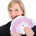 Glimlachende Holding 500 van de Vrouw van de Blonde Euro Nota's Stock Afbeeldingen