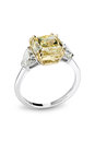 Gold brilliant ring with big fancy yellow gem Royalty Free Stock Photos