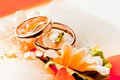 Gold wedding rings on the flowers Royalty Free Stock Photography