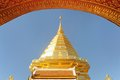 Goldene skulptur wat phra that doi suthep am sonnigen tag Stockfoto