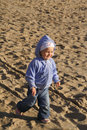 Gosse heureux sur la plage de sable Photo stock