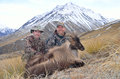 We got one two hunters pose with their himalayan tahr in the southern alps of new zealand Stock Photos