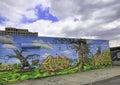 Grafitti i new york city mot en bl� himmel Royaltyfri Fotografi