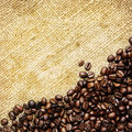 Grains de café sur le textile traditionnel de sac Photo libre de droits